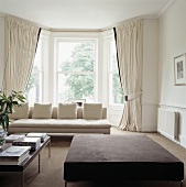 cremefarbenes sofa und vorh nge vor dem erkerfenster in einem. Black Bedroom Furniture Sets. Home Design Ideas