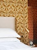 Schlafzimmerecke mit Nachttischlampe aus Messing neben Bett