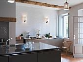 Moderne Küche mit freistehendem Küchenblock im renovierten Landhaus