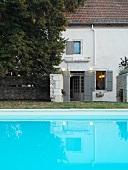 Pool vor schlichtem Wohnhaus