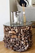 Zylinder aus unterschiedlich geformten Strandgut Holzstücken mit Glasplatte als ausgefallener Beistelltisch