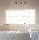 eine rune badewanne aus naturstein vor fenster mit blick auf den see bild kaufen living4media. Black Bedroom Furniture Sets. Home Design Ideas