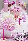 gedeckter tisch mit rosa accessoires pfingstrosen bild kaufen living4media. Black Bedroom Furniture Sets. Home Design Ideas