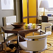 essplatz im stilmix weisse lederst hle mit chromgestell vor antikem holztisch bild kaufen. Black Bedroom Furniture Sets. Home Design Ideas