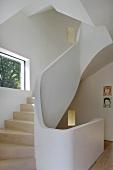 gewendelter treppenlauf mit holzstufen und gemauertem gel nder im designerstil bild kaufen. Black Bedroom Furniture Sets. Home Design Ideas