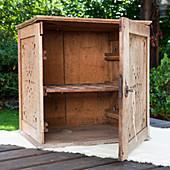 altes schr nkchen restaurieren bild kaufen living4media. Black Bedroom Furniture Sets. Home Design Ideas