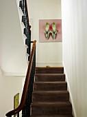 blick ber treppe mit braunem teppichbelag und schmiedeeisernem gel nder auf bild mit schuhmotiv. Black Bedroom Furniture Sets. Home Design Ideas