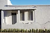 wohnhaus in s dafrikanischem stil mit gemauerter br stung vor veranda bild kaufen living4media. Black Bedroom Furniture Sets. Home Design Ideas
