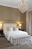 Glamour ses schlafzimmer in sandfarben mit gestreifter - Tapete sandfarben ...