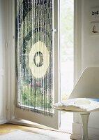 sichtschutz aus acrylglas am fenster im bad bild kaufen living4media. Black Bedroom Furniture Sets. Home Design Ideas