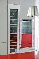 sp le und armatur in roter arbeitsplatte aus kunststoff und h ngeleuchten mit metallschirm. Black Bedroom Furniture Sets. Home Design Ideas