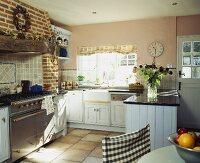 korbst hle am holztisch im offenen esszimmer mit treppe bild kaufen living4media. Black Bedroom Furniture Sets. Home Design Ideas