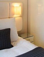 blick durch glaswand ins treppenhaus mit treppenaufgang zum wohnraum bild kaufen living4media. Black Bedroom Furniture Sets. Home Design Ideas