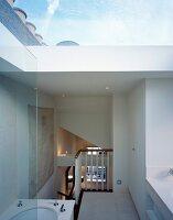 grosses deko ei auf dunklem stabparkett in flur mit blick auf treppe und wohnzimmer bild. Black Bedroom Furniture Sets. Home Design Ideas