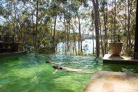 Zwei Personen schwimmen im Pool