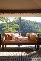 Eine überdachte Terrasse mit Sofa