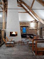 Rustikales Einraumhaus mit Feuer im offenen Kamin