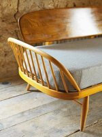Sitzbank im Fiftiesstil auf altem Dielenboden