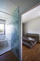 indirekte beleuchtung und schieferfliesen in modernem. Black Bedroom Furniture Sets. Home Design Ideas