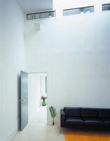 schlafzimmerecke mit bett unter schmalen lichtschlitzen. Black Bedroom Furniture Sets. Home Design Ideas