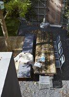 tisch mit rustikalen holzbohlen vor holzwand mit. Black Bedroom Furniture Sets. Home Design Ideas
