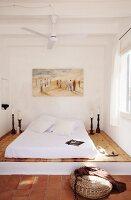 mediterranes schlafzimmer mit matratze auf podest und, Badezimmer