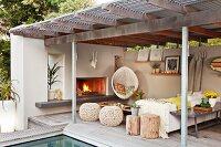 blick auf sitzecke auf überdachte terrasse am pool mit kaminfeuer, Hause und Garten