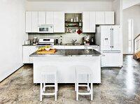 barhocker vor mittelblock mit edelstahlplatte in offener, weisser ... - Küche Mittelblock