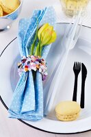 Napkin ring decorated with confetti