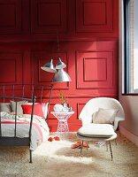frau und mann auf modernem metallbett daneben weisser. Black Bedroom Furniture Sets. Home Design Ideas