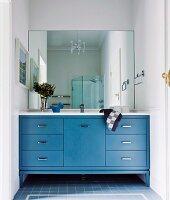 weisser teppich vor theke in hellblau und barhocker dar ber pendelleuchten in offener k che. Black Bedroom Furniture Sets. Home Design Ideas