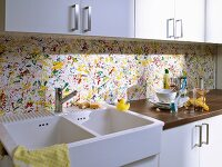 Multicoloured kitchen splashback with splashes of paint