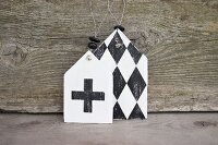 Shabby-chic gift tags decorated with diamon pattern and cross