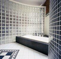 Loft-Badezimmer mit Wanne in steinverkleidetem Podest vor ...
