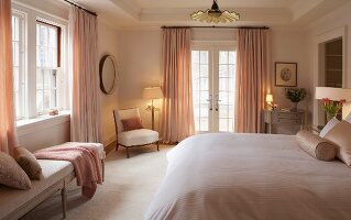Grand, feminine bedroom in shades of pink
