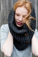 A hand-knitted buttoned loop scarf mado of marino & alpaca yarn