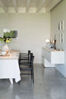 Modern dining room in grey, black and white with screed floor