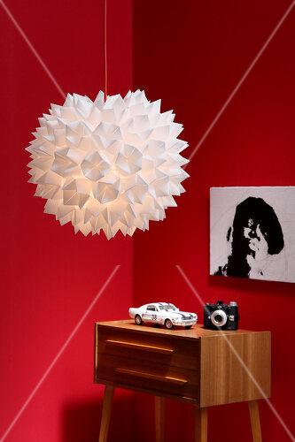 Mit einfacher Falttechnik gelingt diese selbstgemachte Designerlampe