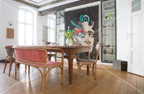 Eine Berliner Altbauwohnung mit schönen Stuckdecken und brasilianischer Kunst