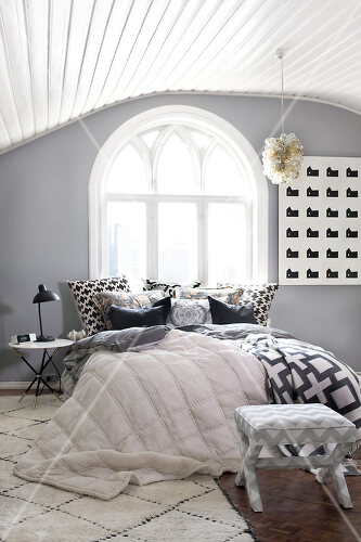 Grey is the dominent colour of this bedroom décor