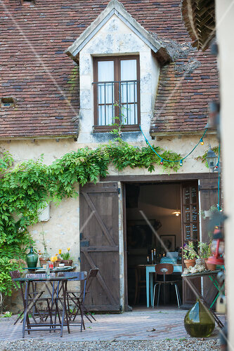 A stone cottage turned hotel in a medieval village close to Paris