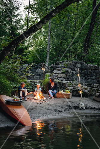Great decorating ideas for an outdoor river-side feast