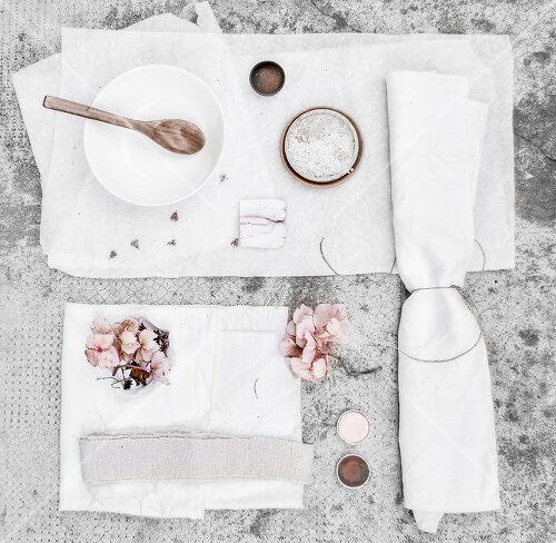 Ein Stillleben: Blasse Hortensienblüten waren Inspiration für die gefärbte Tischwäsche
