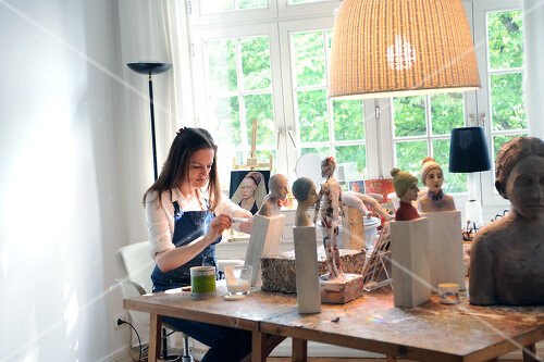 Visit to the workshop of a Hamburg artist who makes sculptured portraits