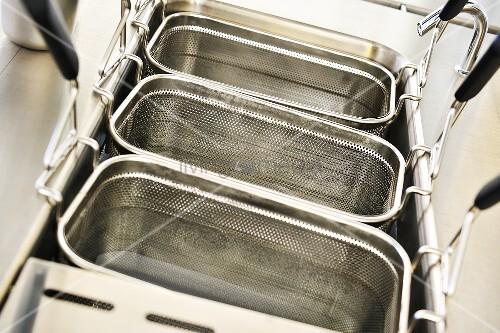 frittierk rbe mit wasser reinigen bild kaufen living4media. Black Bedroom Furniture Sets. Home Design Ideas