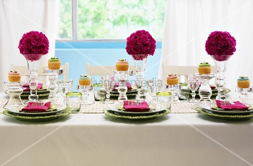festlich gedeckter tisch mit blumenkugeln bild kaufen living4media. Black Bedroom Furniture Sets. Home Design Ideas