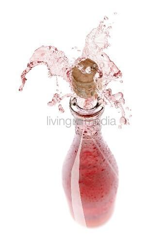 rosewein spritzt aus der flasche bild kaufen living4media. Black Bedroom Furniture Sets. Home Design Ideas
