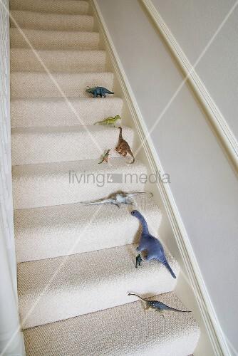 Verschiedene spielzeug dinosaurier auf der treppe bild