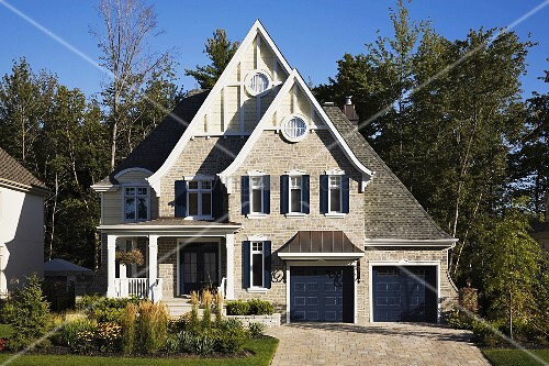 Steinhaus mit veranda  Steinhaus mit hohen Giebeln und kleiner Veranda – Bild kaufen ...