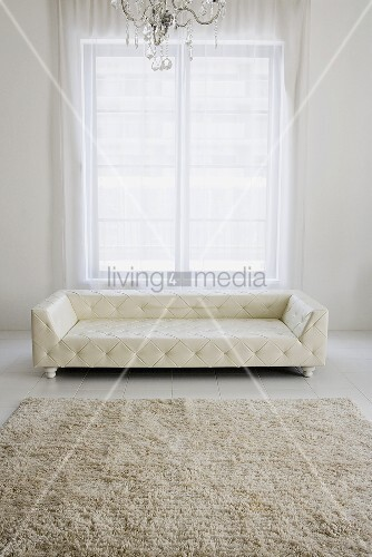 modernes wohnzimmer ganz in wei mit gesteppter ledercouch. Black Bedroom Furniture Sets. Home Design Ideas